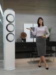 삼성전자 모델이 뛰어난 냉방ㆍ청정ㆍ제습 성능에 난방 기능까지 갖춰 4계절 내내 쾌적한 실내 환경을 만들어 주는 삼성 '스마트에어컨Q9000' 냉난방 겸용 신모델을 소개하고 있다