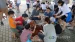 하천정화를 위해 EM흙공을 만들고 있는 환경실천연합회 자원봉사자들