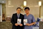 웅선의원 홍성재 원장(오른쪽)과 네이밍 공모에서 대상을 받은 서동열 씨가 기념 포즈를 취하고 있다