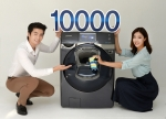 삼성전자 모델들이 11일 출시 6주 만에 국내 판매 10,000대를 돌파한 삼성 버블샷 애드워시 드럼세탁기를 소개하고 있다 (사진제공: 삼성전자)