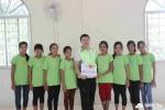 사단법인 함께하는 한숲 권훈상 이사장이 캄보디아 똠므라옹톰 지부를 방문하여 소외계층 아이들에게 사랑의 핫픽스 티셔츠를 전달하고 함께 기념촬영을 하고 있다
