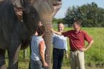 링글링 브라더스 앤 바넘 & 베일리 코끼리 보존 센터의 동물 관리사 트루디 윌리엄스, 펠드 엔터테인먼트 회장 겸 CEO 케네스 펠드, 프라이머리 아동병원 소아과 종양학자 겸 헌츠먼 암 연구소 연구원인 조슈아 쉬프먼 박사가 중부 플로리다에 있는 링글링 브라더스 코끼리 보존센터를 방문했다.