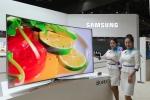 삼성전자 모델들이 14일부터 4일간 일산 킨텍스에서 열리는 제46회 한국전자산업대전(2015 KES)에서 삼성전자의 다양한 프리미엄 제품들을 선보이고 있다