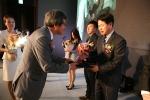 푸드죤 이영존 대표가 올해의 브랜드 대상을 수상하는 모습