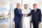 (좌측부터) 마틴 제터 IBM 글로벌 테크놀로지 서비스 부문 선임 부사장, 하레브 알 무하이리 에티하드항공 대외협력 담당 선임 부사장, 로버트 웹 에티하드항공 최고정보기술책임자가 기술 서비스 협약의 체결을 축하하고 있다.