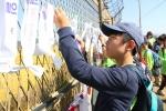 통일기원 소망리본달기에 참여한 청소년