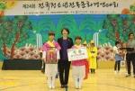 전통문화경연대회 대상을 수상한 평택안일초등학교 청소년들과 한국청소년연맹 황경주 사무총장(가운데)