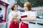 LG화학 홍보도우미들이 20일(화) 서울 삼성동 코엑스에서 열린 2015 인터배터리에서 밴드형 와이어(Wire) 배터리를 소개하고 있다.