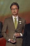 고어코리아 백한승 컨트리리더가 2015 대한민국 일하기 좋은 100대 기업 외국계 기업 부문 본상을 수상한 후 포즈를 취하고 있다