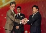 고어코리아 백한승 컨트리리더가 2015 대한민국 일하기 좋은 100대 기업 외국계 기업 부문 본상을 수상하고 있다.