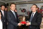 최양식 경주시장과 중국 허베이성 청더시 저우종밍 시장과 우호협정 기념촬영을 하고 있다.