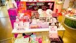 韓流コスメショップスキンガーデン、TVに紹介された韓国リップメークの商品Berrisomのリップティントパックを探しに来た客で混雑