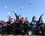 (재)예술경영지원센터 김선영 대표를 비롯한 주요 내빈들이 전국생활문화제의 성공적인 개최를 기원하며 종이비행기를 날리고 있다.