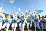 24일 서울 강북구 북서울꿈의 숲에서 2015전국생활문화제가 개막식을 가졌다. 행사에 참가한 동호인들이 전국생활문화제의 성공적인 개최를 기원하며 종이비행기를 날리고 있다.