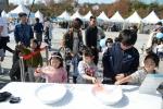 25일 서울 강북구 북서울꿈의 숲에서 열린 2015전국생활문화제에 참가한 시민들이 비누방울 만들기 체험을 하고 있다.