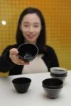 SK케미칼은 막걸리협회와 함께 에코젠을 적용한 막걸리 표준잔을 개발했다고 27일 밝혔다. SK케미칼 구성원이 에코젠 막걸리 잔을 살펴보고 있다