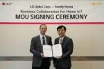 파스칼 자케 아시아태평양 솜피 지사장(왼쪽)과 안성준 LG유플러스 컨버지드홈사업부 전무가 홈 IoT 솔루션 제공을 위한 협약을 체결했다