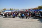 청소년 가족 걷기대회 참가자들이 본격적인 걷기레이스 전에 체조를 통해 몸을 풀고 있다.