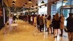 싱글 직장인 참가자들이 참가자 확인을 위해 길게 줄서있다