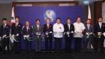 지난 4일 열린 신한은행 필리핀 마닐라 지점 개점식에서 신한은행 조용병 은행장(왼쪽에서 다섯번째)과 필리핀 중앙은행 아만도 M. 데탕코 주니어(Amando M. Tetanco, Jr) 총재(왼쪽에서 네번째), 필리핀 재무부 세설 V. 퓨리시마 장관(왼쪽에서 여섯번째) 및 주요 내외빈들이 테이프커팅을 하고 있는 모습