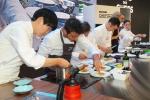 독일 베를린에서 개최된 2015 IFA(세계 가전제품 박람회)의 삼성전자 시네 드 셰프 쇼 행사장에서 클럽 드 셰프 멤버 셰프들과 이충후ㆍ임기학 셰프가 삼성 셰프컬렉션 제품을 활용해 요리를 선보이고 있다 (사진제공: 삼성전자)