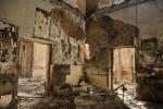 2015년 10월 14일 아프가니스탄 북부에 있는 국경없는의사회 쿤두즈 외상 센터의 불탄 내부. 잿더미 속에 보이는 의료 장비들과 병상 구조물 (사진제공: 국경없는의사회)