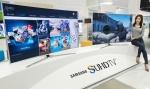 삼성전자 모델이 12일부터 15일까지 부산 벡스코에서 열리는 국내 최대 게임 전시회인 지스타 2015에서 삼성 SUHD TV로 즐기는 게임 서비스를 소개하고 있다.