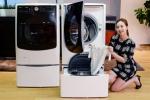 서울 영등포구 여의도동 LG트윈타워에서 모델이 세계 최초로 드럼세탁기 하단에 통돌이 미니 세탁기를 결합한 LG 트롬 트윈워시 신제품을 소개하고 있다. 신제품은 가격 부담을 낮춰 세트 기준 100만원대에 구입 가능하다