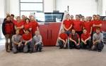 복실젯 팀이 100번째 3D 프린팅 시스템 VX1000 설치를 축하하고 있다.