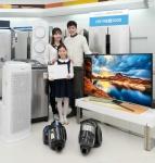 삼성전자 모델들이 20일 삼성 디지털프라자 홍대점에서 삼성전자 S 골드러시 패밀리 세일을 소개하고 있다. (사진제공: 삼성전자)