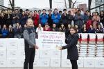 한국필립모리스가 19일 사회복지법인 한국펄벅재단과 함께 사랑의 김장 나누기 행사를 열었다. 한국필립모리스 정일우 사장(왼쪽)이 결혼이민여성 대표에게 김치와 쌀을 전달하며 임직원 및 자원봉사자들과 함께 기념촬영을 하고 있다