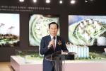 20일 오픈한 국내 최초 리조트형 아파트 평창올림픽 선수촌 아파트 모델하우스 개관식에서 용평리조트 정창주 대표이사가 환영사를 하고 있다
