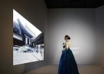삼성전자 모델이 삼성미술관 Leeum의 기획전시실 설치된 173형 대형 스마트 LED 사이니지를 소개하고 있다 (사진제공: 삼성전자)