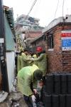지난 2014년 1월 홍은1동 호박골마을에서 진행됐던 제3회 겨울온도 높이기에서 봉사자들이 연탄봉사를 하는 모습