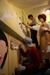 18일 서대문구에 위치한 나무를심는학교 건물내벽에 봉사자들이 그림을 그려 넣고 있다.