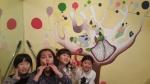 나무를심는학교 아이들이 벽화 앞에서 기념사진을 촬영하고 있다. (사진제공: 희망이음)