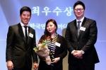 한국먼디파마 인사부 이주은 상무(가운데)가 11월 25일, 2015 일하기 좋은 기업 시상식에서 승진기회 및 가능성 부문 최우수상(외국계기업)을 수여 받았다