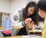 건국대학교 학생들의 게릴라가드닝 동아리 쿨라워팀이 최근 서울시내 특수학교를 방문해 아동들을 대상으로 꽃을 활용한 원예 치료 봉사활동을 펼쳤다