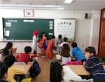 다문화 인권지킴이 교육을 받고 있는 초등학교 학생들이 싱가폴 의상을 입어보고 있다