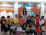 어린이집 아동들이 베트남 선생님과 함께 다문화이해교육인 다문화인권지킴이 교육을 받고 기념촬영을 하고 있다 (사진제공: 한국아동청소년상담소)