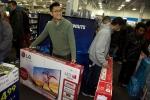 현지시간 28일(토) 미국 뉴욕 퀸즈의 베스트바이 매장에서 고객들이 LG전자 TV를 구매하고 있다.