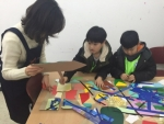 아동들이 통합문화예술교육으로 작품 만들기를 하고 있다