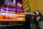 현지시간 1일 미국 뉴욕 그랜드 센트럴역의 LG전자 올레드 TV 전시 부스를 찾은 방문객들이올레드 TV로 상영하는 미디어아트를 관람하고 있다