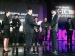 트레져헌터 송재룡 대표(앞쪽 우측)가 9일 서울 마포구 상암동 MBC에서 개최된 K-ICT 차세대 미디어 대전에서 미래창조과학부 최양희 장관(앞쪽 좌측)으로부터 우수 서포터즈 부문 미래창조과학부 장관상을 수상하고 있다