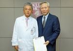 고발 연대서명에 동참한 고려대 의료원장 김우경 교수(왼쪽)와 이승원 IAEOT 회장