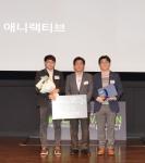 대상을 수상한 애니랙티브 팀(왼쪽부터 첫번째 임성현 씨, 세번째 엄희영 씨)과  삼성전자 김병주 상무(가운데)의 기념 사진을 찍고 있다