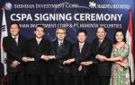 신한금융투자는 인도네시아 마킨타 증권 지분 99%를 취득하는 조인식을 가졌다. 사진은 조인식 이후 기념사진을 찍은 강대석 신한금융투자 대표이사(왼쪽 네번째), 나탈 에펜디(Natal Effendi) 마킨타 증권 부사장(왼쪽 두번째)