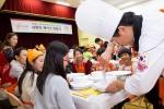 롯데월드 박동기 대표 및 임직원이 마천청소년수련관에서 아이들과 함께 달콤한 케이크를 만들며 즐거운 시간을 보냈다 (사진제공: 롯데월드)