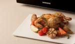 삼성전자가 16일부터 오는 30일까지 집에서도 삼성 스마트오븐의 핫블라스트 기능을 활용해 손쉽게 근사한 요리를 만들 수 있는 로스트 치킨 만들기 온라인 이벤트를 실시한다 (사진제공: 삼성전자)