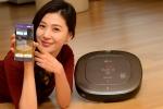 서울 여의도동 LG트윈타워에서 모델이 증강현실을 탑재한 LG전자 프리미엄 로봇청소기 로보킹 터보 플러스를 소개하고 있다